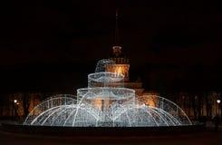 Zima wieczór i nowego roku ` s fontanna Zdjęcie Stock