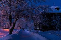 Zima wieczór przy drewnianym domem Obraz Royalty Free