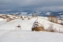 Zima wiejski krajobraz, haystack w śniegu Zdjęcia Royalty Free