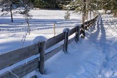 Zima wiejski krajobraz z drewnianym ogrodzeniem zakrywającym z śniegiem Obrazy Royalty Free