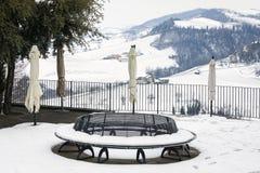 Zima winniców śnieżny balkon koloru córek wizerunku matka dwa Obrazy Stock
