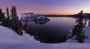 Zima wschód słońca przy Krater jeziorem zdjęcia stock