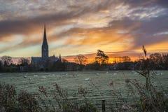 Zima wschodu słońca mroźnego krajobrazu Salisbury katedralny miasto w Engl obraz royalty free