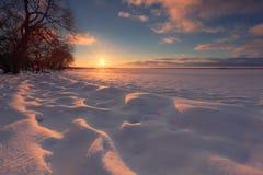 Zima wschodu słońca tło Słońce dotyka horyzont Światła słonecznego illuminat obraz royalty free