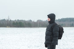 Zima wycieczkowicz patrzeje śnieżnego prostego lasowego zadziwiającego krajobraz Obrazy Stock