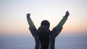 Zima wycieczkowicza Backpacker Śnieżnej Plenerowej Zimnej podróży przygody Mountaineering Śnieżnej podwyżki Krańcowi Wycieczkuje  zdjęcie wideo