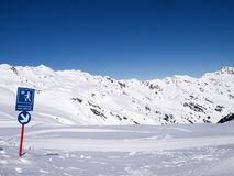 Zima wycieczkuje ślad w alps Obrazy Royalty Free