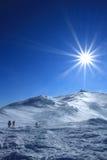 Zima wycieczkuje w górach na karplach Zdjęcia Royalty Free