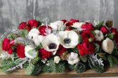 Zima wystrój Skład gałąź Nobilis i świezi kwiaty Pracy kwiaciarnia w sklepie Dla dekorować rodziny zdjęcia stock