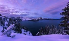 Zima zmierzch przy Krater jeziorem zdjęcia stock