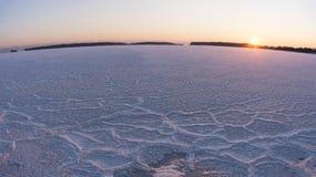 Zima zmierzch przy zamarzniętym morzem fotografia royalty free