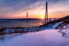 Zima zmierzchu widok z świeżym śniegiem i długo zostający bridżowy w Vladivostok, Rosja fotografia royalty free