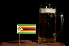 Zimbabwe flaga z piwnym kubkiem na czerni Obraz Stock