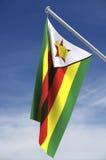 Zimbabwe-Markierungsfahne und Himmel Stockfotografie