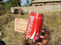 Zimbabwean $50 miljard rekening en kan van cokes royalty-vrije stock afbeeldingen