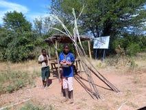 Zimbabwian pojkar säljer kassava på kanten av vägen fotografering för bildbyråer