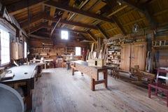 Zimmerei mit Werkzeugen und hölzernen Werkstücken Stockbild