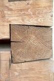 Zimmereigelenke mit enormen Holzbalken Lizenzfreie Stockfotos