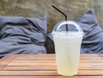 Zimna świeża lemoniada na drewnianym stole z poduszkowym poduszki tłem Obrazy Stock
