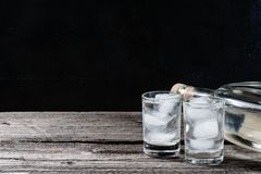 Zimna ajerówka w strzałów szkłach na czarnym tle Zdjęcia Stock