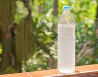 Zimna butelka woda w naturze Zdjęcia Stock