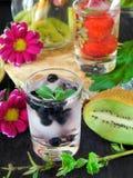 Zimna detox woda z organicznie owoc i jagodami Zdjęcia Royalty Free
