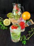 Zimna detox woda z organicznie owoc i jagodami Fotografia Stock