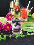 Zimna detox woda z organicznie owoc i jagodami Zdjęcie Royalty Free