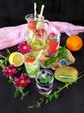 Zimna detox woda z organicznie owoc i jagodami Zdjęcia Stock