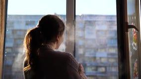 zimna dzień zima Dziewczyna otwiera okno i oddycha w mroźnym powietrzu zbiory