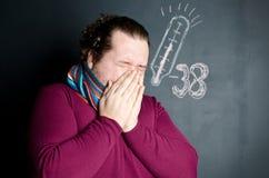 Zimna i grypa mężczyzna choroba Mężczyzna kichnięcia obraz stock