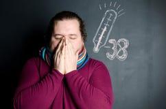 Zimna i grypa mężczyzna choroba Mężczyzna kichnięcia zdjęcia royalty free