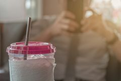 Zimna kawa, Młody biznesmena tło zamazany obrazy stock