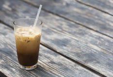 Zimna kawa z mlekiem w szklanej zlewce Zdjęcia Royalty Free