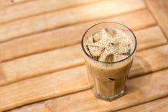 Zimna lodowa kawa z sześcianami na drewnianym stole Zdjęcie Stock