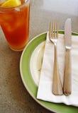 zimna losowa cytryny ustawienia stołu herbaty fotografia royalty free