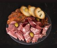 Zimna mięsa uwędzony talerz na drewnianym tle Zdjęcia Royalty Free