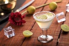 Zimna napój lemoniada w szkle na Drewnianym tle fotografia royalty free
