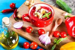 Zimna pomidorowa polewka w białym kształtującym talerzu, odgórny widok Obraz Stock