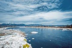 Zimna rzeka i góry Fotografia Royalty Free