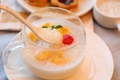Zimna słodka polewka galareta i owoc w szklanej filiżance w Asia fotografia stock