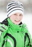 Zimna uśmiechnięta młoda chłopiec w zimie odziewa Fotografia Stock
