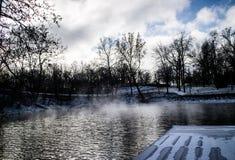 Zimna woda przy jeziorem Obraz Stock