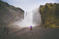 Zimna woda w Iceland Siklawa w skalistych górach Świeży i g zdjęcia stock
