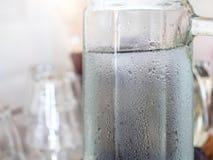 Zimna woda w szklanym miotaczu w kawiarni zdjęcie stock