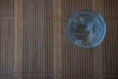 Zimna woda w szkle na drewnianym stole Zdjęcie Stock