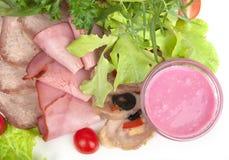 Zimnego mięsa naczynie - Pokrojony mięso talerz z Świeżym Sałatkowym liściem Fotografia Stock