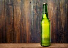 Zimno mokra piwna butelka zdjęcie stock