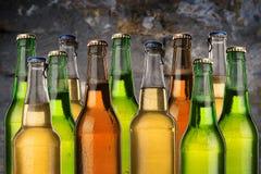 Zimno mokre piwne butelki zdjęcie royalty free