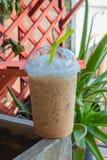 Zimno warząca kawa kosztuje dobrego w przypadkowym wolnym czasie Obraz Royalty Free